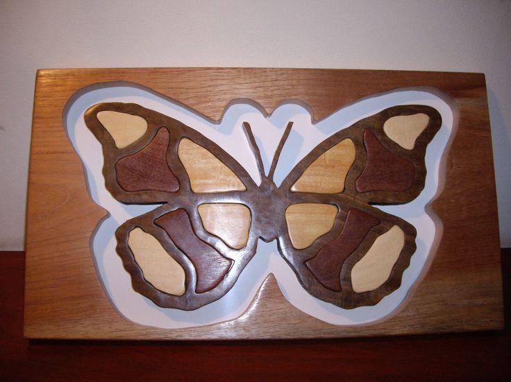 Mariposa: Cuadro realizado en maderas de 1 pulgada, caladas y pulidas. Cuerpo de mariposa en una sola pieza.