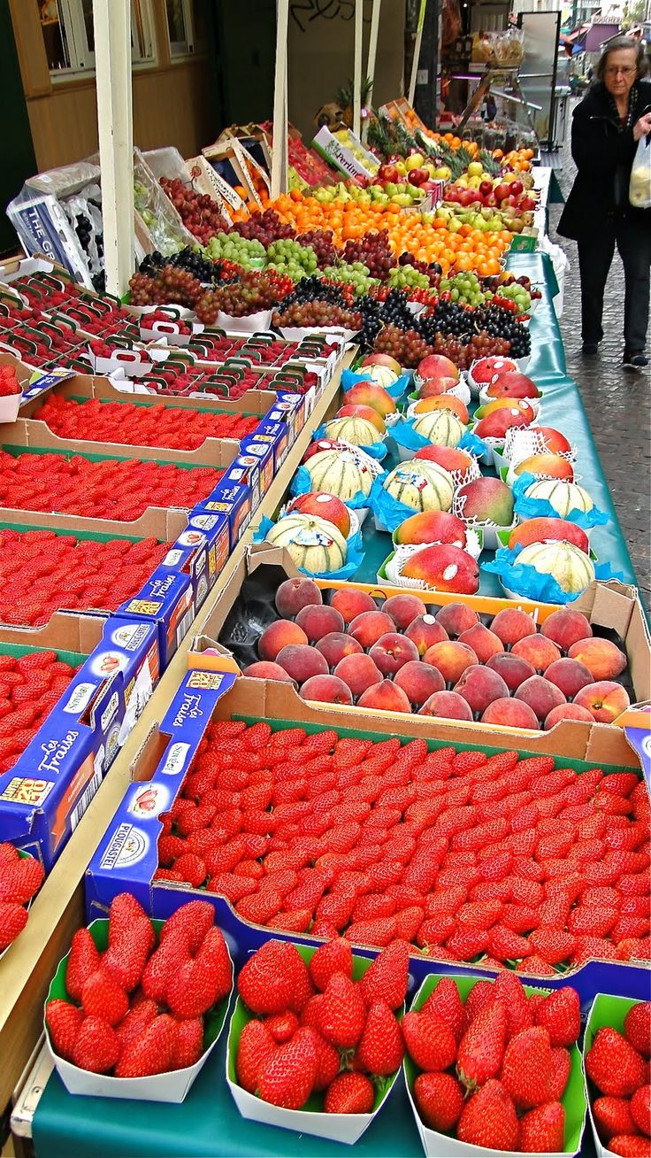 Outdoor market on the Rue Mouffetard, Paris, France. Photo: blog The Road Is Mine