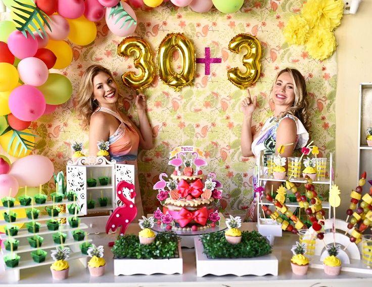Painel para feito com tnt de flamingos e meio arco de balões descoordenados e balões metalizados de números #flamingopoolparty #flamingoparty #abacaxiparty #arcodescoordenado #painelflamingo #mesaflamingo #bday30anos #30anos