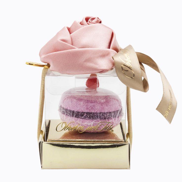 """Только истинный гурман с тонким ощущением прекрасного и выраженным эстетическим восприятием может по достоинству оценить загадочные ингредиенты! Такие подарки приятно удивят и запомнятся надолго. За пирожным """"Macaroons Розовая пудра с малиной"""" скрывается ароматная соль для ванны и заколка для волос с нежнейшим цветком розовой розы! """"Объект мечты"""" знает, как удивить! #objectmechty, #подарок, #подарки, #8марта, #мыло, #ванна, #bathsalt, #fizzer, #soap, #gift"""