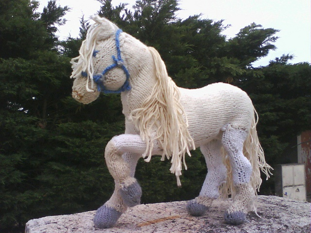 self supporting poseable knitted horse pattern art