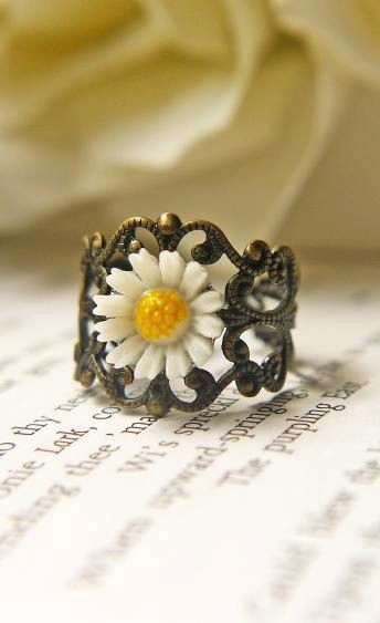 Vintage White Daisy Ring