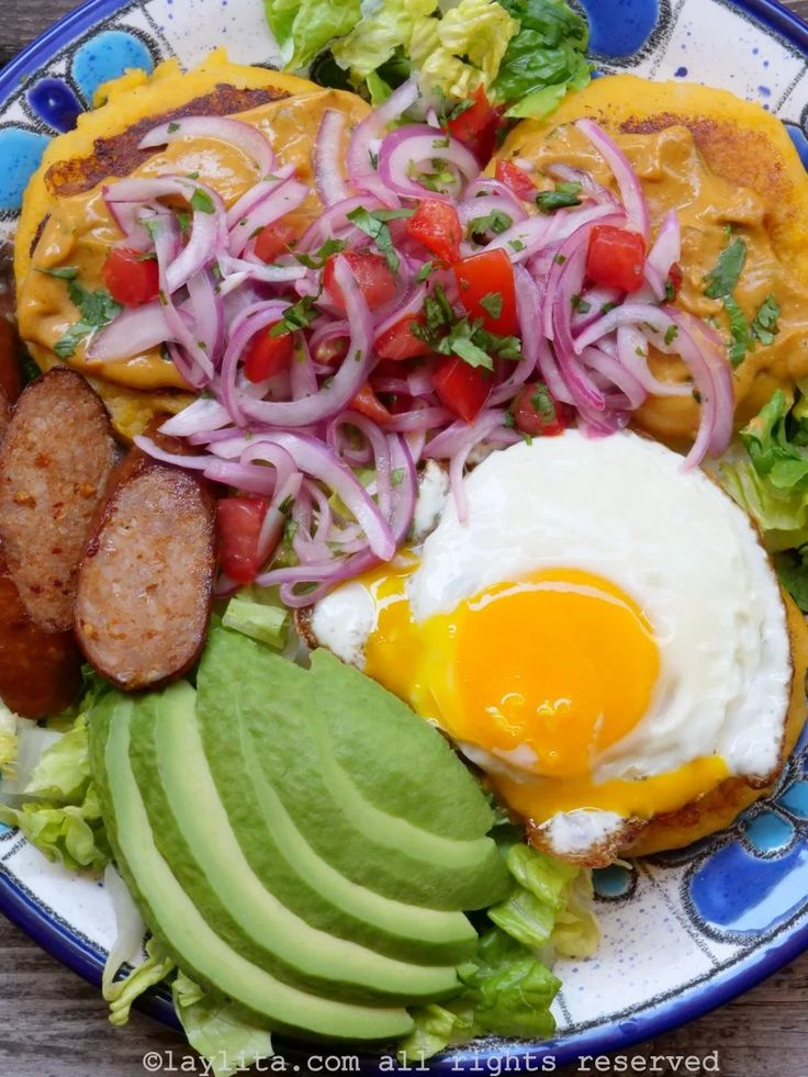 Llapingachos or Ecuadorian stuffed potato patties - Laylita's Recipes New Recipes, Cooking Recipes, Favorite Recipes, Easy Delicious Recipes, Healthy Recipes, Healthy Food, Appetizer Recipes, Dinner Recipes, Potato Patties