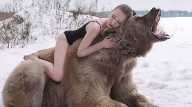YouTube: modelos rusas posaron con un oso pardo salvaje (VIDEO)