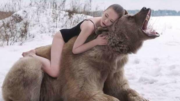 YouTube: modelos rusas posaron con un oso pardo salvaje (VIDEO)