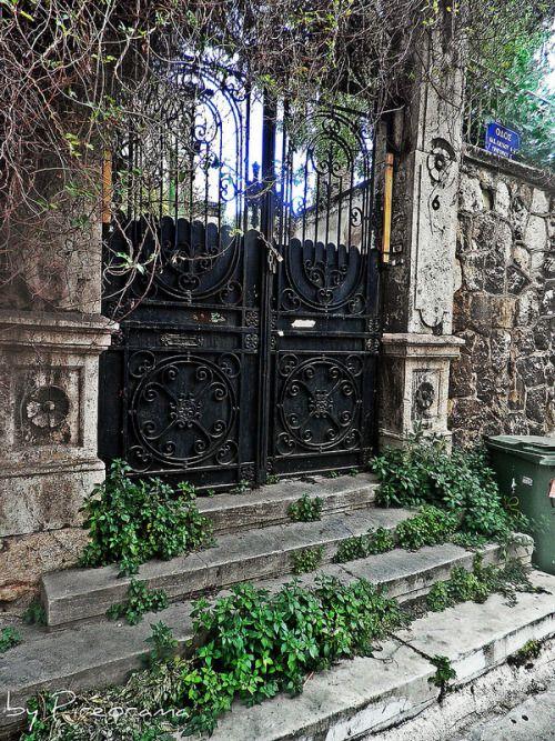 Η εξώπορτα ενος παλιου night club στην Καστέλλα The street door of an old night club at Kastella, Piraeus