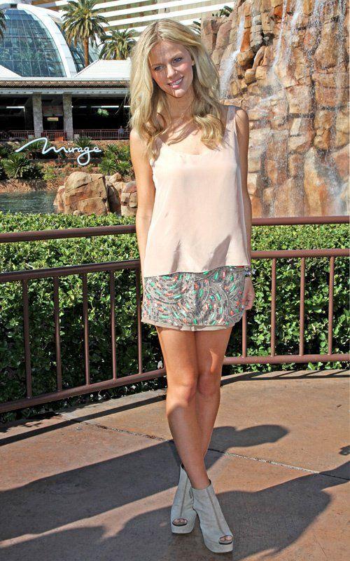 A Cris já fez vários posts de looks com brilho para durante o dia. E hoje vi esta foto da Brooklyn Decker, modelo de biquinis. E gostei, ela equilibrou o brilho da saia com a regata e ankle boots nude.