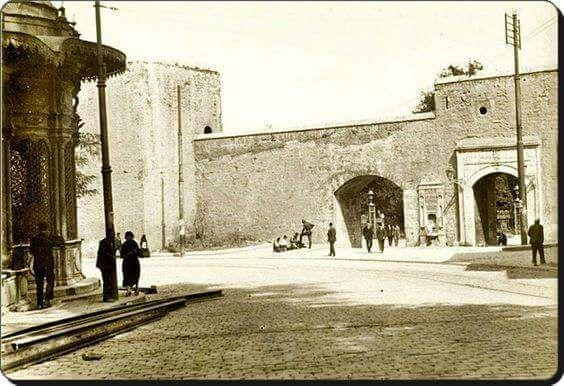Gülhane PArkı giriş kapısı, 1920'ler. Kaynak https://twitter.com/IstanLOOK/status/704989235460349952