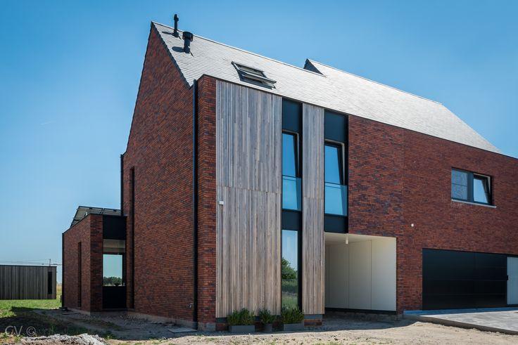 Moderne strakke hedendaagse woning Rode gevelsteen - buitenschrijnwerk antraciet hellend dak halfopen ééngezinswoning