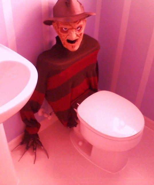 Génial pour Halloween : La toilette déguisée à l'aide d'un pull et d'un masque de monstre.