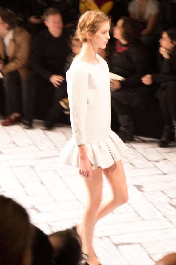 Viktor & Rolf 2013 Fall/Winter show tijdens de Paris Fashion Week. In zwart en wit, vol vergankelijkheid. Ultra mini rokjes, veel strikken. If you're interested in trends have a look at our trend briefings: trendbubbles.nl/ #trendwatching