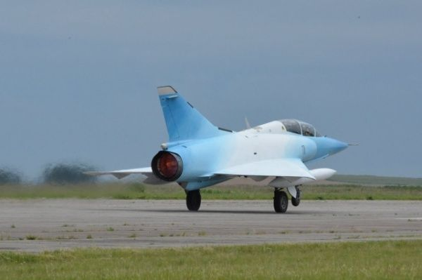 """Décollage d'un """"Mirage III DA"""" aux couleurs du drapeau argentin."""