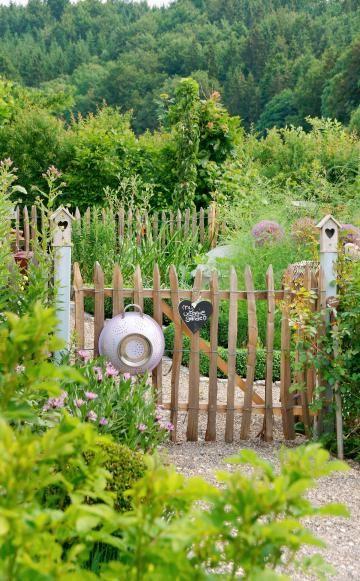 Gartentore gibt es in den unterschiedlichsten Ausführungen und Stilen. Manche sind praktisch, aus Eisen oder Stahl und sollen den Garten vor unbefugtem Zutritt schützen. Andere sind aus Holz gefertigt, schmückend, verspielt und dekorativ. Hier können Sie sich von verschiedenen Modellen inspirieren lassen.