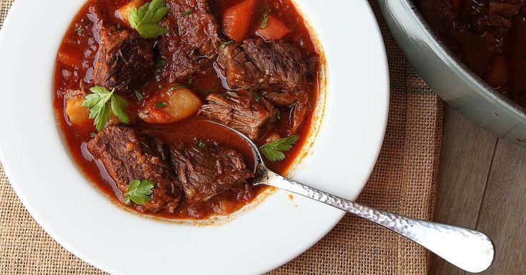 O Goulash é um prato preparado à base de carne de vaca e em alguns casos pode ser feito com carne de porco, cortada em cubos e rapidamente tostada em gordura quente, e cozido em água.  O autêntico goulash húngaro era preparado pelos pastores húngaros.E