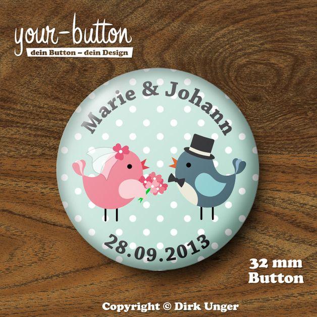 Button mit niedlichem kleinen Vogel-Brautpaar, personalisiert mit den Vornamen von Braut und Bräutigam sowie dem Hochzeitsdatum.  Toll z.B. als Gastgeschenk für die Hochzeitsgäste!  Auch erhältlich als JGA-Buttons und als Buttons für die Trauzeugen - wirf einen Blick in unseren Shop!  http://de.dawanda.com/product/48140490-Button-Vogelhochzeit-mit-Namen-und-Datum-32-mm