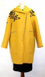 Бренд: VDP collection Код товара: 3814380 Страна производства и дизайна: Италия Описание: Пальто желтое с аппликацией из кружева и пайеток черного цвета Состав: 78% шерсть, 18% полиамид, 4% эластан Длина по спинке 98см Важно: Большемерка