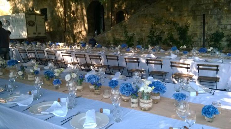 Centrotavola matrimonio. Tavolo imperiale con ortensia blu iuta e trine. 2014