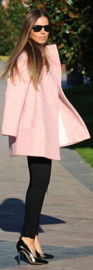 Look de moda: Abrigo Rosado, Vaqueros Pitillo Desgastados Negros, Zapatos de Tacón de Cuero Negros, Gafas de Sol Negras   Moda para Mujer