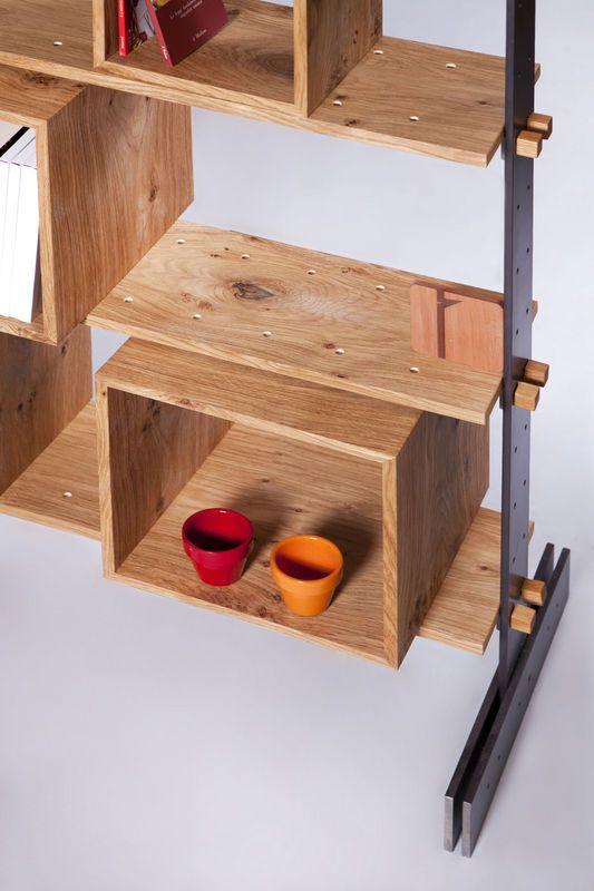 """La struttura portante di """"Legno al cubo"""" è un insieme di due montanti verticali e uno orizzontale in ferro nero lucidato naturale. Tailored design bookcase made in Italy by Semprelegno artisans."""