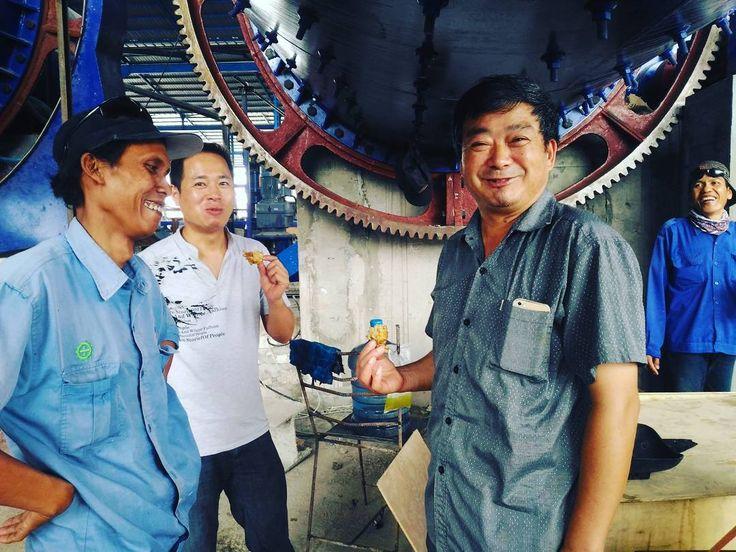 Hahaha...teknisi cina juga suka makan gorengan.... #mechanic  #mechanical  #technics  #techniction  #ballmill  #ballmills
