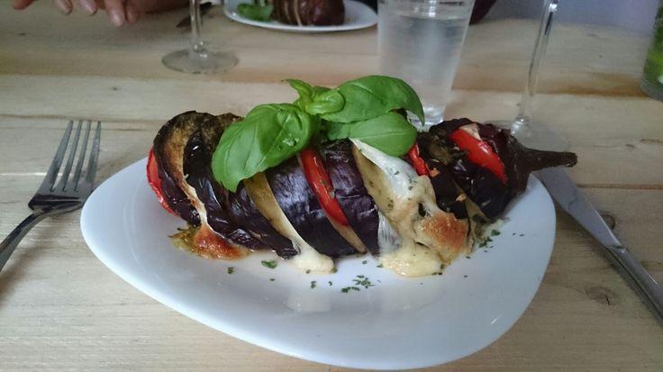 Voorgerecht van aubergine met tomaat en mozarella. Vega en feestelijk!