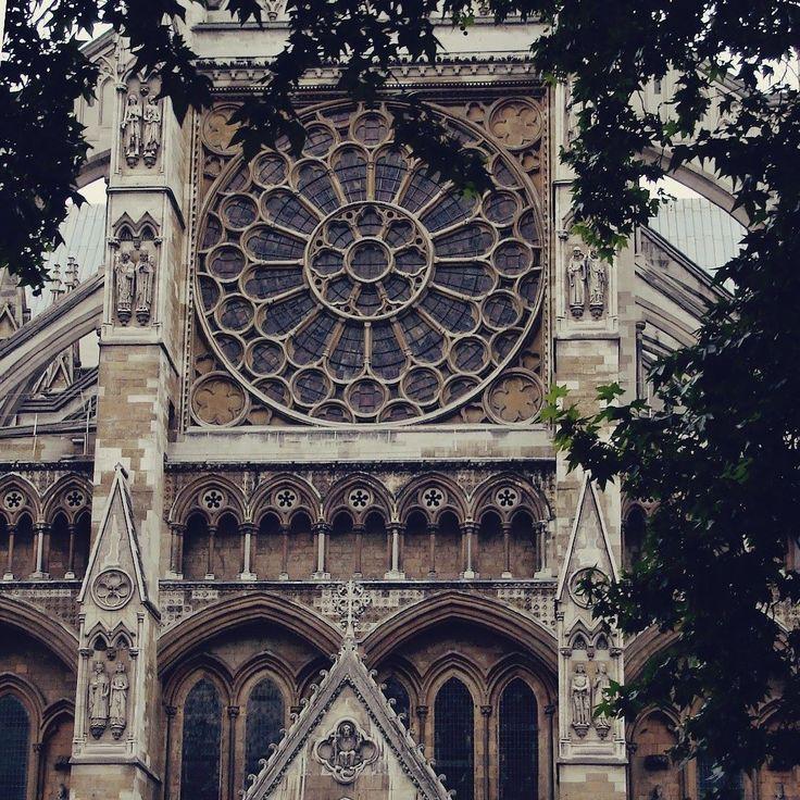"""Depois de visitar Westminster você nunca mais vê os grandes eventos da realeza britânica sem dizer """"Olha eu estive ali!"""".   . . . #london #londres #UK #England #inglaterra #reinounido #westminster #facade #gothic #abbey #church #igreja #architecture #gotico #arquitetura #travel #travelblogger #travelgram #travelphotography #instatravel #wanderlust #travelblog #traveltheworld #travelpics #travelphoto#viagem #turismo #dicasdeviagem#blogdeviagem #ferias"""