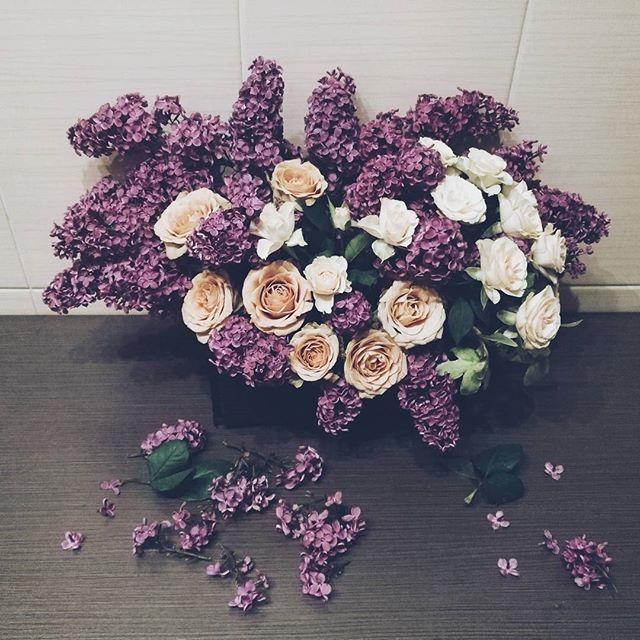 Aranjament parfumat cu liliac si trandafiri. Lilac and rose floral arrangement.
