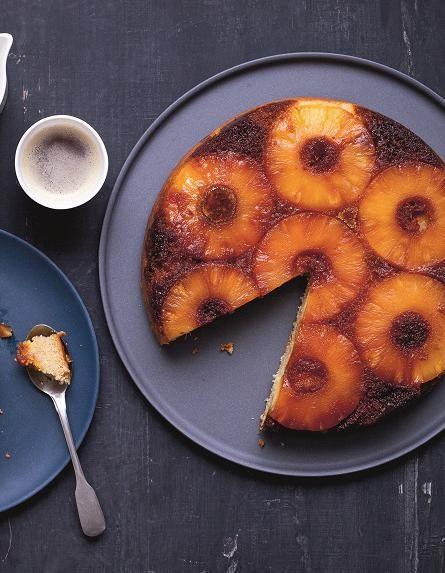 Recette Gâteau renversé antillais à l'ananas : Préchauffez le four à 180 °C (th. 6). Coupez 250 g d'ananas en rondelles et 100 g en petits morceaux. Préparez le fond de fruits. Faites chauffer le sucre dans une casserole à feu moyen. Lorsqu'il commence à fondre, remuez doucement, retire...
