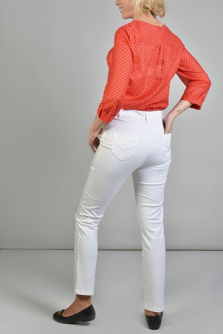 """Pyramide pant 7/8 slim brode Réf :  17PS1928 Pantalon slim façon jean chino, il possède des passants à la taille et 5 poches. Avec ses poches arrière brodées et strassées ça lui donne un air furieusement """"couture"""". Associez le avec une belle tunique pour effet city/chic assuré. #Antonelleparis #pantalon #blanc  #clothing  #fashioneditor #classic  #lookoftheday #closet #whatimwearingtoday #dailylook  #womenswear #ss17"""
