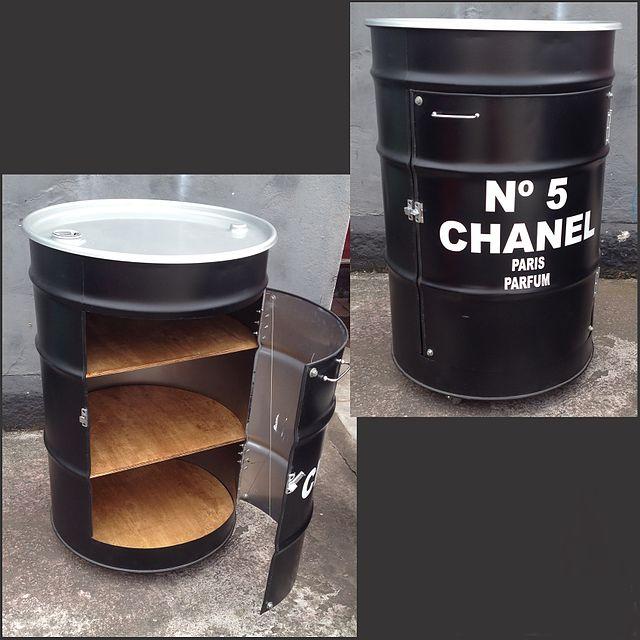 Tambores de lixo- pretos e identificados com as maquinas
