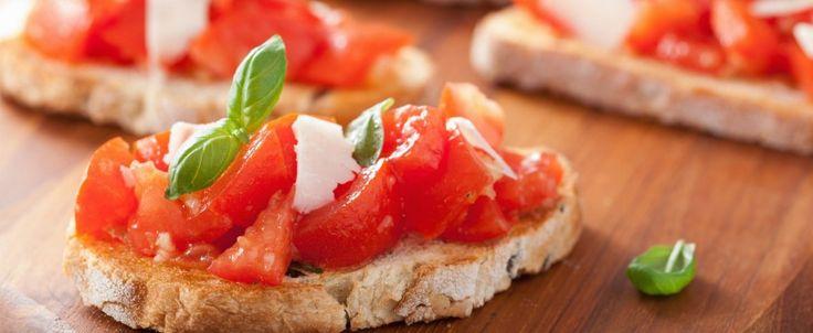 Tramezzino di Pasta Sfoglia Rotonda Buitoni farcito con radicchio e salsiccia rosolati al vino bianco e Salsa ai 4 Formaggi Buitoni.