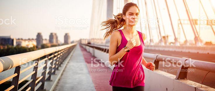 Sportswoman во время бега утром – роялти-фри стоковая фотография