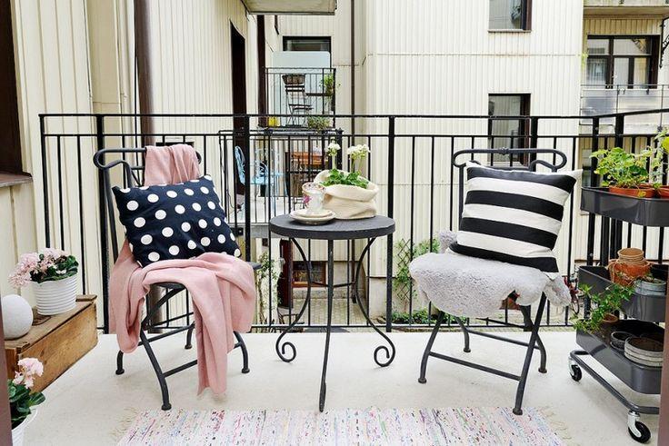 sillas y mesa de acero negro en el balcon bonito