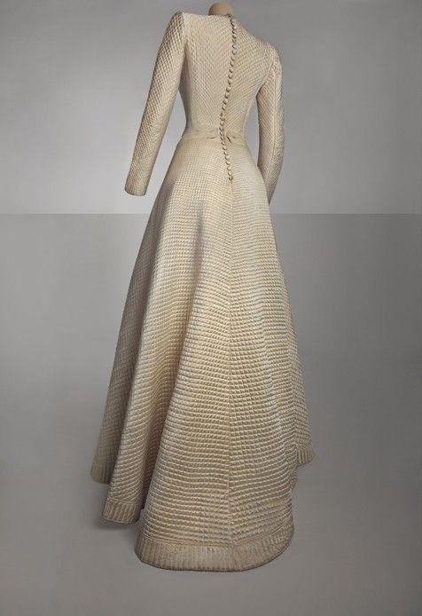 Bruyère, robe de mariée, 1944. Satin de soie blanc matelassé, décor de soutache blanche, doublure en taffetas de rayonne blanc.   © Collection Musée Galliera / Photographie droits réservés / Mairie de Paris.