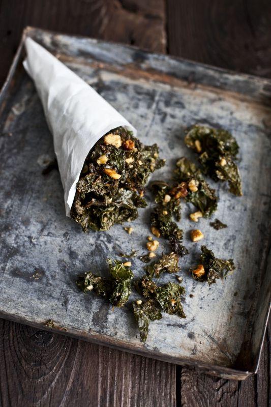 Une recette de chips de kale qui pourra très facilement se transformer en salade si vous ne les passez pas au four! La recette a été créée par Alon le fondateur de PRANA.
