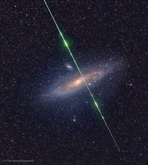 Una meteora attraversa la Galassia di Andromeda, foto rara e bellissima!