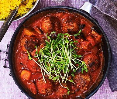 Tikka masala meatballs är en enkel, kryddig och smakrik rätt med inspiration från Indien. Köttbullar och aubergine steks i omgångar i en panna innan tikka masalan tillsätts tillsammans med tomater. Detta ska sjuda några minuter för att bringa fram smakerna. Servera grytan med ris och ärtskott.
