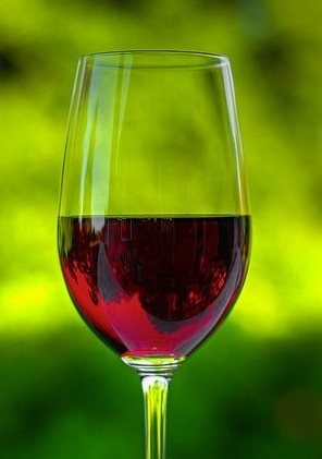 """¡Haz click en """"Repin"""" si tú también ves el vaso medio lleno! #Vino #Positivo"""