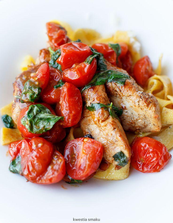 Kurczak z makaronem, pomidorkami i bazylią
