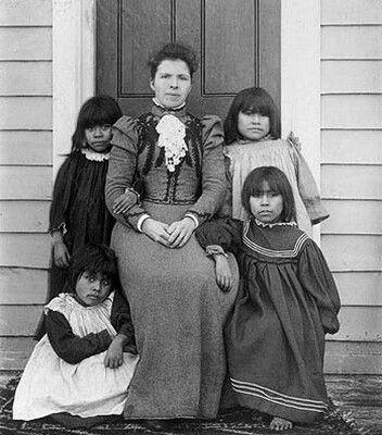 Catálogo patrimonial - Los verdaderos símbolos patrios de Chile. 1898. Yámanas y señora Pringle.