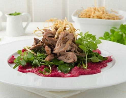 Pulled Lamb mit Wiesenkräutersalat und Rote Rüben-Püree