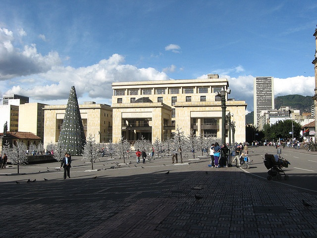 The imposing façade of the Palacio de Justicia is noticeable for its neo-classical style. The building has had quite a tragic history: in 1948 it was burnt down by protesters during El bogotazo--the beginning of the guerilla war which has been going