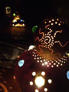 lámpara hecha con una calabaza y canicas
