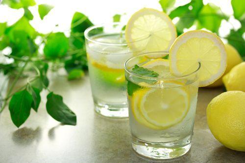 Vous avez déjà peut-être entendu parler des bienfaits de boire un jus de citron agrémenté d'un peu de bicarbonate de soude.
