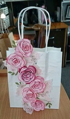 bolsa kraft para regalo decorada con rosas de papel