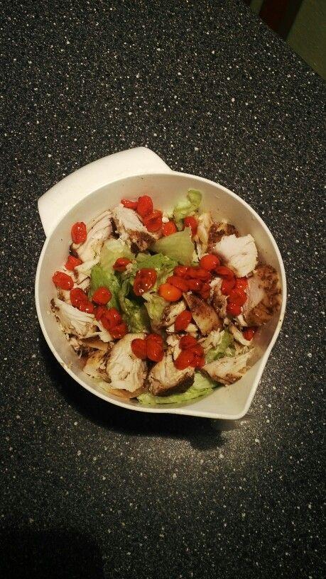 Kureci prsa s ledovym salatem. Pecena prsa vetsinou zbydou posledni, protoze jsou suchy a nudny.. daji se osvezit v salatu s olivovym olejem. Dochutil jsem je kyselym rakytnikem, ale da se pouzit citron nebo kyselejsi jabko. ;)