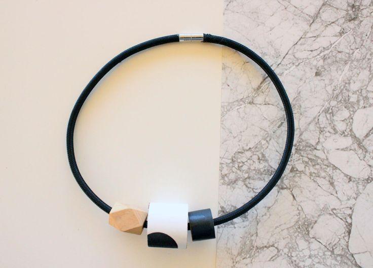 Collana girocollo nera con dettagli in legno e carta da parati a pois bianca e nera. di IlluminoHomeIdeas su Etsy
