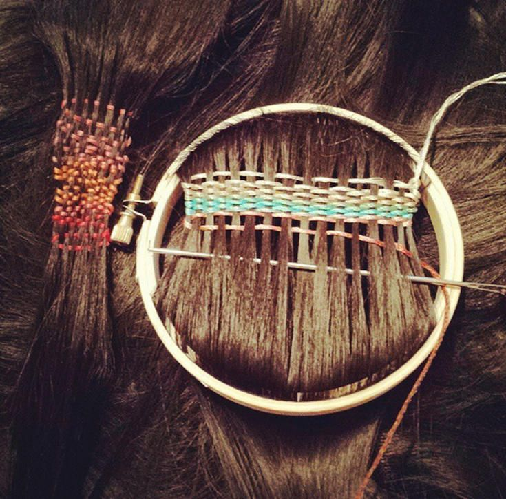 Ήρθε η ώρα να ασχοληθούμε με τα μαλλιά (ξανά). Τα χτενίζουμε, τα βάφουμε, τα κόβουμε, τα καίμε με πιστολάκι. Καιρός να τους βάλουμε και χρωματιστά νήματα και να πλέξουμε ευφάνταστα σχέδια που θα ζήλευαν οι