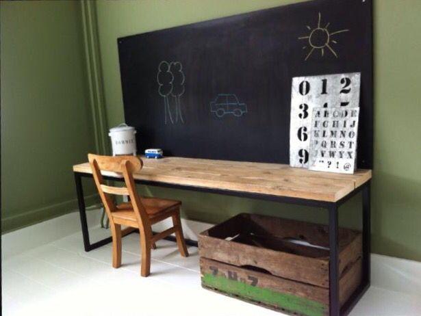 Industrieel bureau met steigerhouten blad, krijtbord. Muur in krijtverf landscape van pure & original. Jongenskamer
