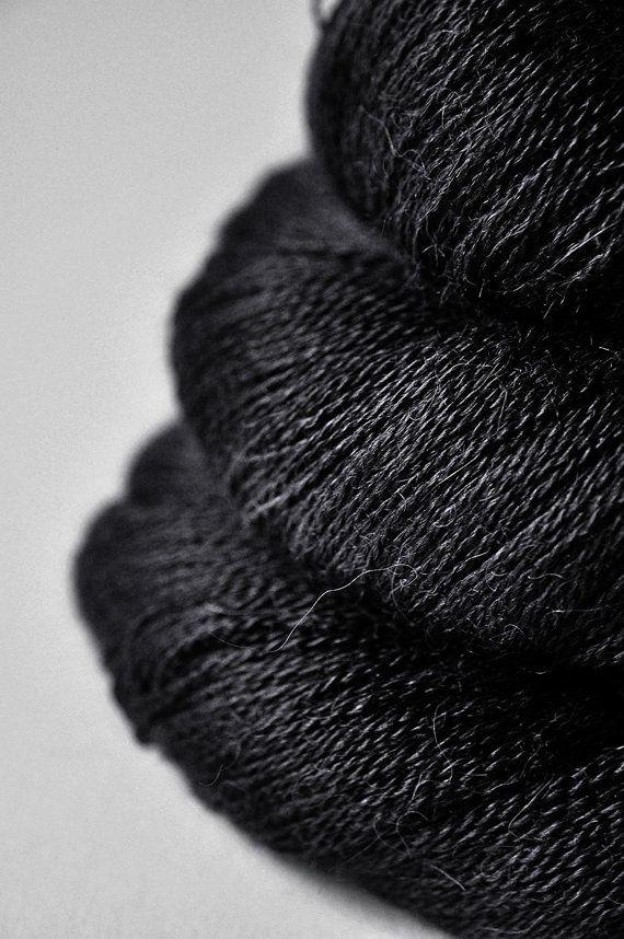 Esto es negro.  Madejas listados todos son del mismo lote de tinte.    70% Alpaca, 30% seda  yardas por cada 100 gramos (3.5 onzas): 874 yds. (800m)  Listado tamaño madeja: 100g  (seda de baby alpaca, Mora)    Tienes un hilo 2ply extrasuave, trémulo y fuerte cordón peso ideal para chales y estolas.    Le recomendamos lavar con un agente especial de seda/lana de lavado a mano. Sangrado leve puede ser posible.    Für deutschen unsere Kunden: Alle Preise inkl. Mwst. AGB und Widerrufsbelehrung…